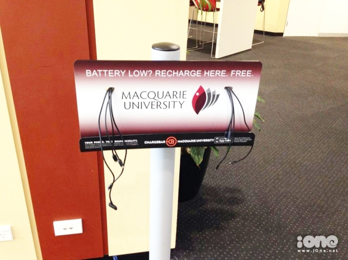 <p> Thư viện còn có những cột sạc pin điện thoại miễn phí cho sinh viên nữa, cực tiện lợi phải không nào?</p>