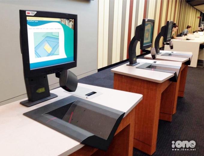 <p> Đây là khu vực mượn sách tự động. Thay vì phải đến gặp người quản lý thư viện, chúng tớ chỉ cần scan thẻ sinh viên, scan code rồi mượn sách về nghiên cứu thôi, vừa nhanh vừa tiện lợi.</p>