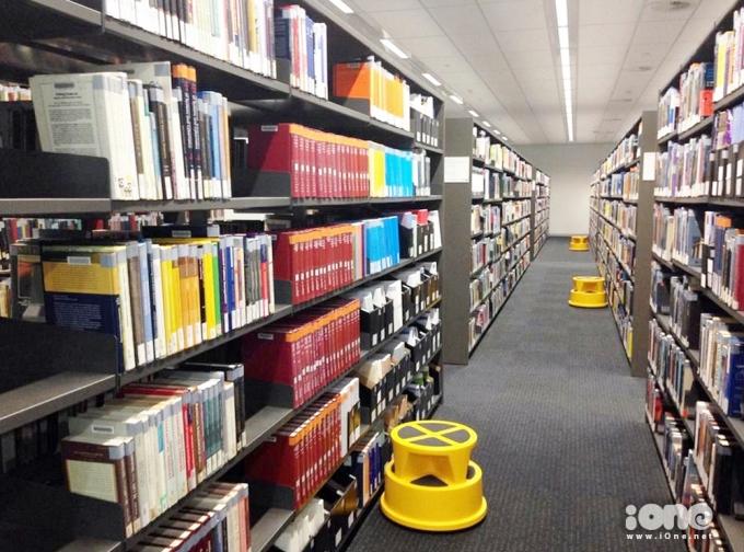 <p> Tại mỗi ô đều có bục giúp sinh viên lấy sách trên cao.</p>