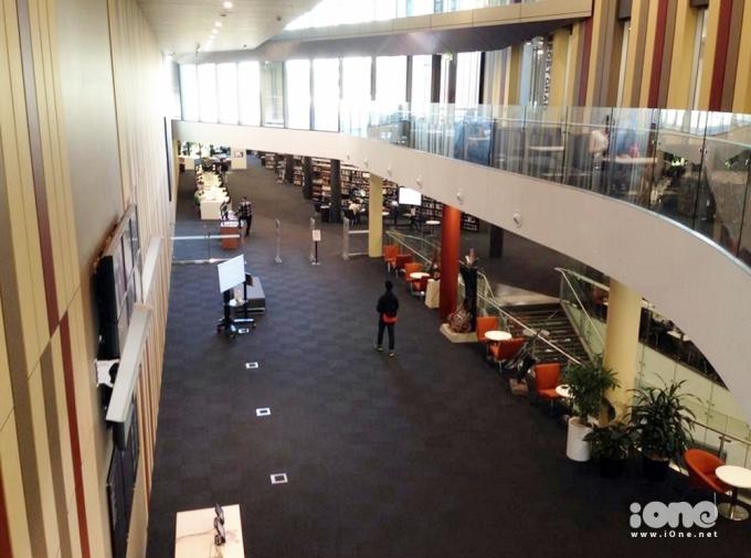 <p> Bên trong thư viện rất rộng gồm nhiều khu vực khác nhau như đọc sách, tra cứu thông tin, phòng tập thuyết trình...</p>
