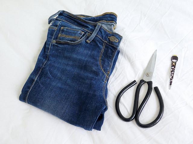 """<p style=""""text-align:center;""""> <strong>Vật liệu cần có:</strong></p> <p style=""""text-align:center;""""> - 1 chiếc quần jeans<br /> - Kéo<br /> - Nhíp.</p>"""