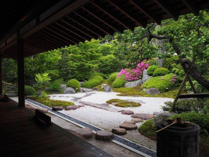 <p> Không gian cổ xưa trang nhã ở đền Jōmyō-ji ở Kamakura.</p>