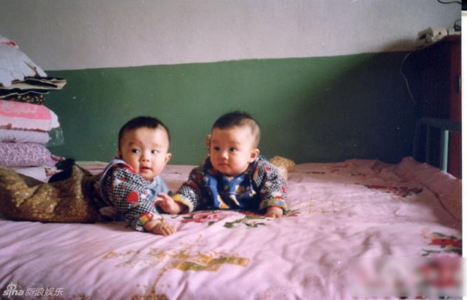 <p> Cặp song sinh hồi bé rất đáng yêu.</p>