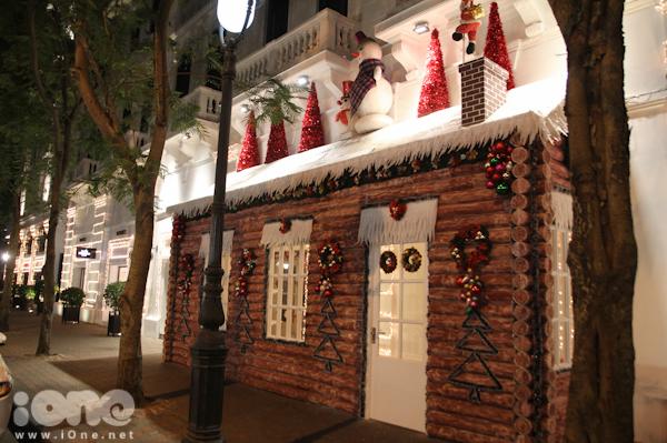 """<p class=""""Normal""""> Khu Metropole Hà Nội cũng trang trí xong ngôi nhà giáng sinh được dựng lên bằng gỗ, sơn màu đỏ tạo cảm giác ấm cúng và một không khí Noel đến gần.</p>"""
