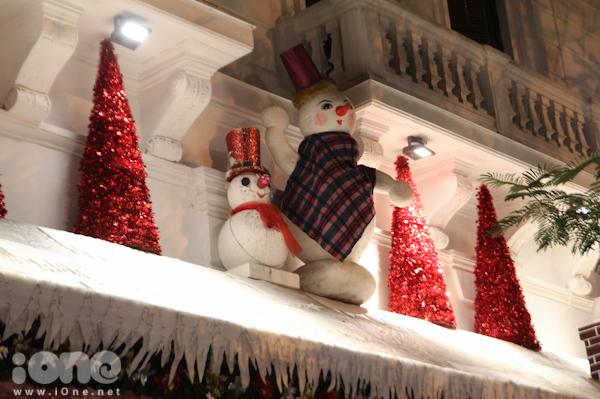 """<p class=""""Normal""""> Tượng người tuyết trang trí trên nóc nhà.</p>"""