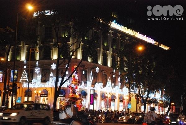 <p> Tại trung tâm TP HCM, không khí đón Giáng sinh cũng lan tỏa trên khắp các con đường, các trung tâm thương mại. Khu vực nhà thờ Đức Bà tụ tập nhiều bạn trẻ đi dạo và ngắm phố đêm.</p>
