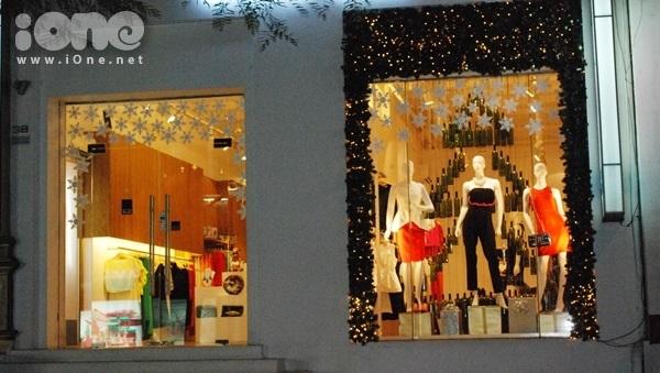 <p> Một shop thời trang trên đường Lê Thánh Tôn trang hoàng đón Giáng sinh.</p>