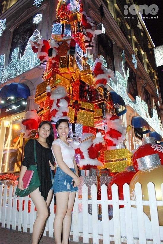 <p> Những teen girl xinh xắn thich thú pose hình cạnh mô hình quà khổng lồ được các ông già Noel gánh trên lưng.</p>