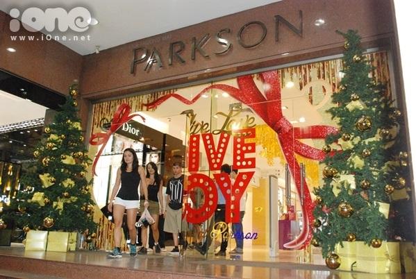 <p> Trung tâm Thương mại Parkson trang hoàng 2 cây thông với những quả châu treo lủng lẳng.</p>
