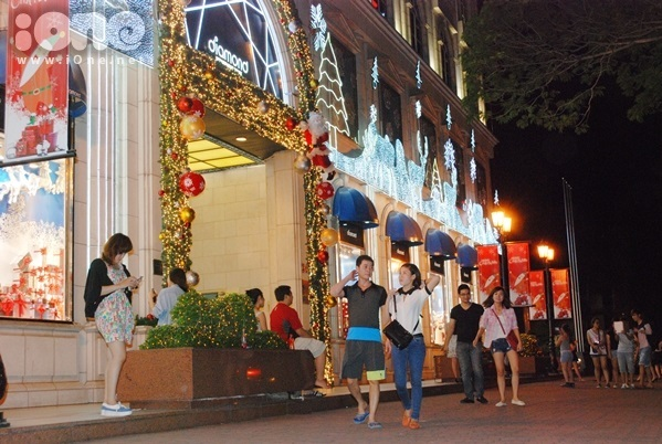<p> Không có mùa đông như ở Hà Nội nhưng không khí thoáng mát về đêm cũng khiến teen Sài Gòn cảm thấy thoải mái chờ đón mùa Giáng sinh đang đến gần.</p>