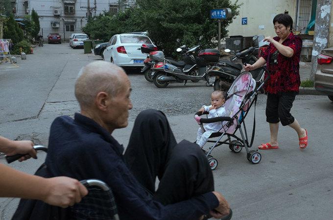 <p> Bức ảnh điểm chung giữa ông lão và đứa trẻ khiến nhiều người suy ngẫm.</p>