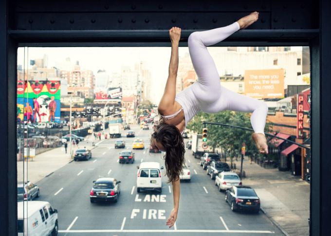 Há hốc nhìn cô gái xinh đẹp 'làm xiếc' yoga trên phố