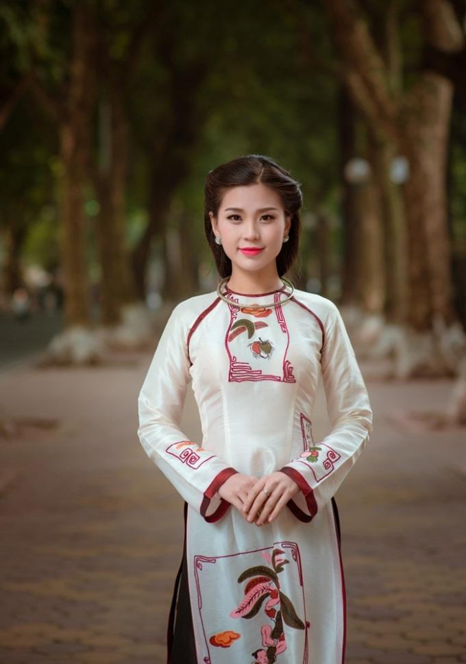 """<p class=""""Normal""""> Diễm Trang thực hiện bộ ảnh mới nhân chuyến ra thăm và nghỉ ngơi tại Hà Nội. Người đẹp khoe nét duyên dáng trong tà áo dài trắng cách tân, in những bức tranh dân gian Đông Hồ nổi tiếng của nhà thiết kế Lan Hương.</p>"""
