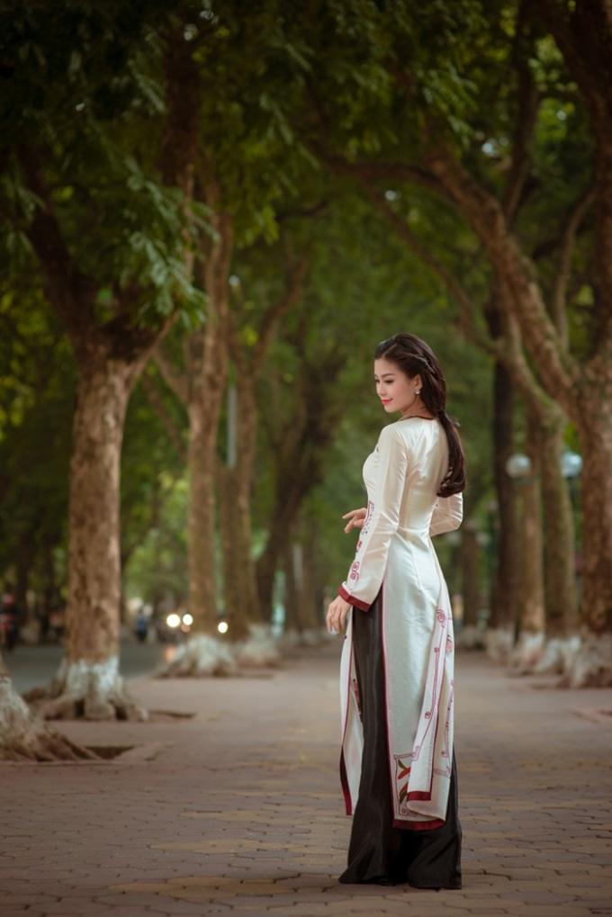"""<p class=""""Normal""""> Á hậu Việt Nam cho biết chị luôn yêu quý trang phục truyền thống của dân tộc. Mới đây trong đêm chung kết <em>Hoa khôi Áo dài Việt Nam 2014</em>, Diễm Trang cũng gây chú ý khi là khách mời duy nhất diện áo dài đọ sắc bên <em>Miss World 2011</em> Ivian Sarcos.</p> <p class=""""Normal""""> </p>"""
