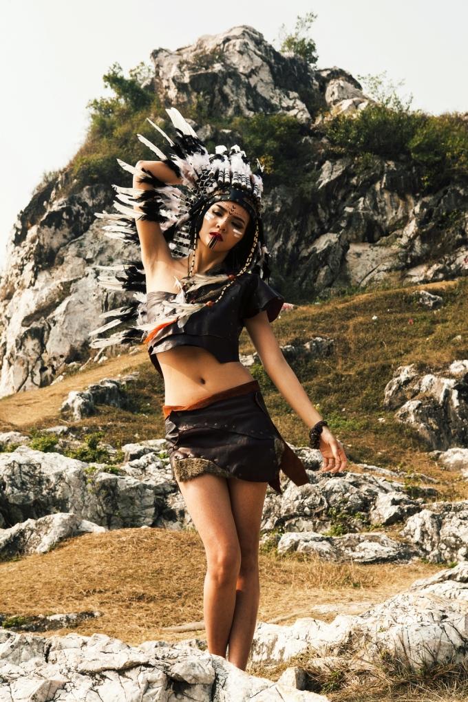 <p> Đã lâu mới tái xuất với vai trò người mẫu, cô nàng hóa thân thành nữ thổ dân đầy hoang dã giữa núi rừng.</p>
