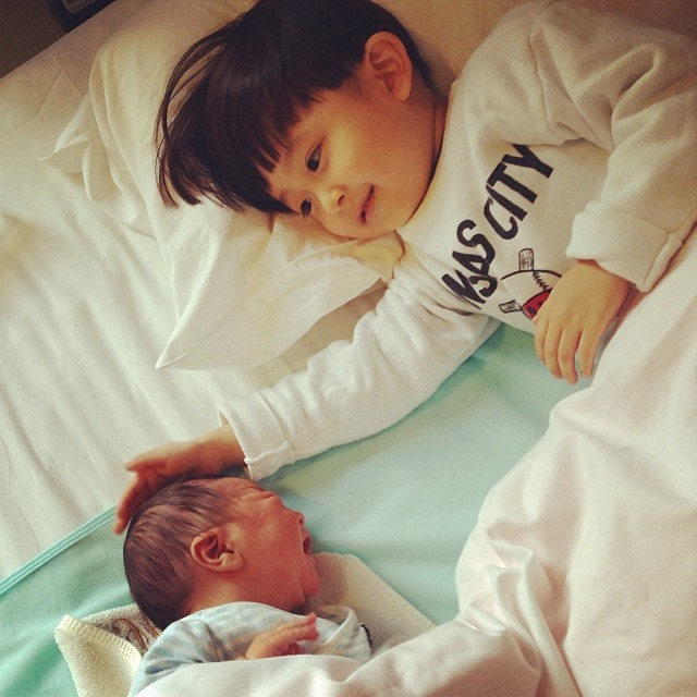 <p> Hình ảnh khi Setsu còn nhỏ xíu. Nhóc Tasuku rất ra dáng anh trai, nhẹ nhàng dỗ dành em bé đang khóc.</p>