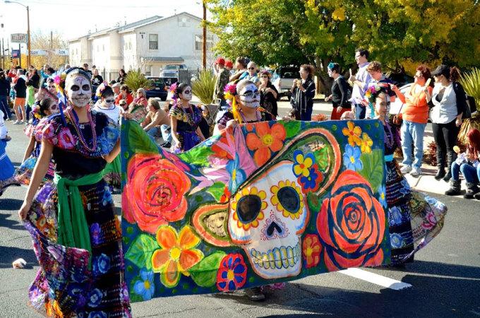 <p> Día de Muertos (Day of the Dead) là một trong những lễ hội quan trọng ở Mexico, để tưởng nhớ những người thân, bạn bè quá cố. Nhiều hoạt động được tổ chức như hóa trang, diễu hành, chuẩn bị đồ ăn, hoa, thắp nến tưởng niệm.</p>