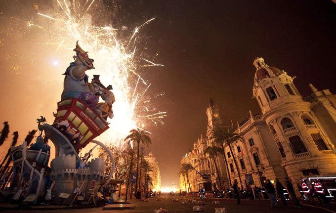 <p> Lễ hội Las Fallas ở Valencia (Ý), diễn ra từ 15-19/3 hàng năm, là lễ hội chào đón mùa xuân và tôn vinh thánh Joseph. Vào dịp Las Fallas, thành phố tưng bừng với các cuộc diễu hành, đốt pháo hoa, biểu diễn thời trang, âm nhạc... Người ta đốt các hình nộm khổng lồ, được gọi là falla, trong đêm hội cuối cùng.</p>