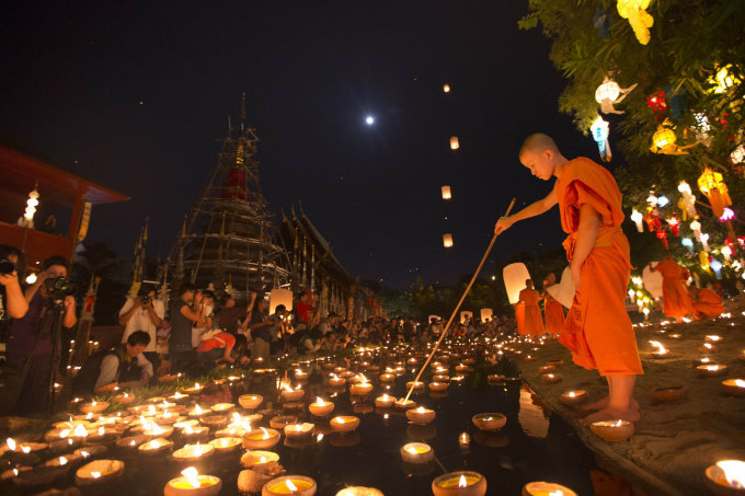 """<p class=""""Normal""""> Lễ hội hoa đăng truyền thống Loy Krathong được tổ chức khắp nơi trên Thái Lan với những chiếc đèn hình hoa sen thả trôi trên sông để cầu nguyện và đem lại may mắn.</p>"""