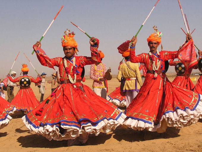 """<p class=""""Normal""""> Lễ hội sa mạc được tổ chức ở Jaisalmer (Ấn Độ) trong 3 ngày vào tháng Giêng và tháng Hai hàng năm, nhằm ca tụng cuộc sống của những người dân du cư vùng Rajasthan trên sa mạc. Trong lễ hội lớn này, du khách sẽ được tham gia đua lạc đà hay nhảy các điệu dân gian.</p>"""