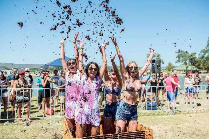 """<p class=""""Normal""""> Trong lễ hội ném nho ở Australia, ngoài giẫm và ném nho, mọi người còn cùng nhau tận hưởng trọn một ngày thưởng thức rượu nho, nghe nhạc sống, vui chơi giải trí.</p>"""