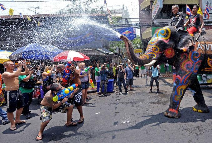 """<p class=""""Normal""""> Lễ hội té nước Songkran ở Thái Lan diễn ra vào giữa tháng 4, là nét văn hóa đặc sắc của dân tộc Thái và được coi là """"cuộc chiến nước"""" lớn nhất thế giới.</p>"""