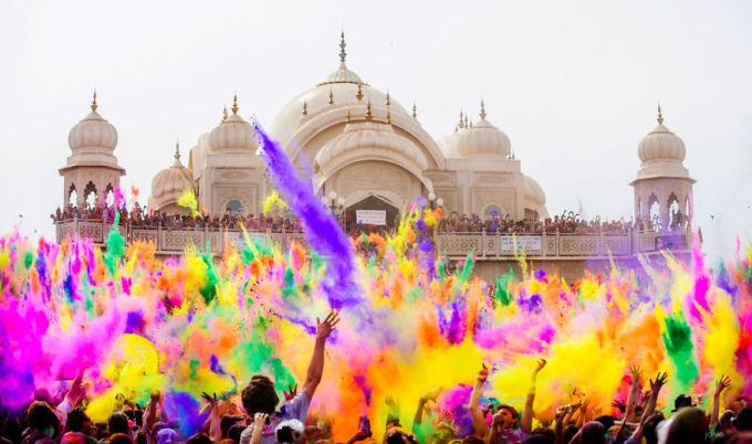 """<p class=""""Normal""""> Lễ hội Holi, còn được gọi là """"Lễ hội sắc màu"""", thường được tổ chức vào khoảng trung tuần tháng 3, chủ yếu là ở Ấn Độ và Nepal. Những người tham gia lễ hội sẽ ném bột màu pha với nước vào người khác, càng nhận được nhiều màu càng may mắn.</p>"""