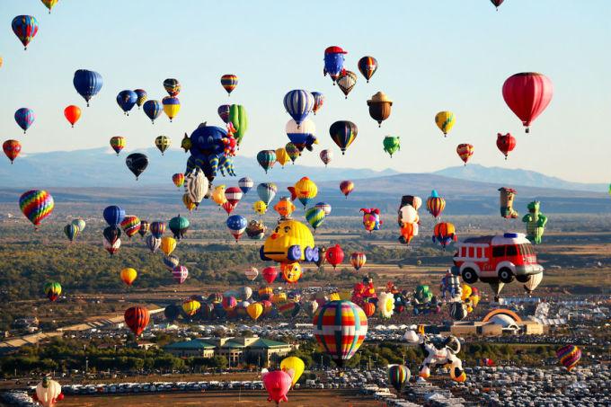 <p> Lễ hội khinh khí cầu quốc tế Albuquerque là lễ hội khinh khí cầu lớn nhất thế giới, được tổ chức thường niên vào tuần lễ đầu tiên trong tháng 10 tại thành phố Albuquerque, bang New Mexico, Mỹ. Hàng trăm chiếc khinh khí cầu đủ màu sắc, hình dáng bay rợp trời tạo nên một cảnh tượng vô cùng đẹp mắt.</p>