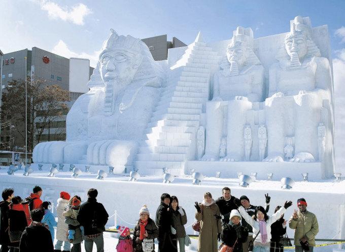 <p> Đầu tháng 2 hàng năm, du khách và các đội đến từ khắp nơi trên thế giới tới công viên Odori ở Sapporo (Nhật Bản) để tham gia lễ hội tuyết. Họ biến những khối băng tuyết khổng lồ thành những tác phẩm điêu khắc tuyệt đẹp.</p>