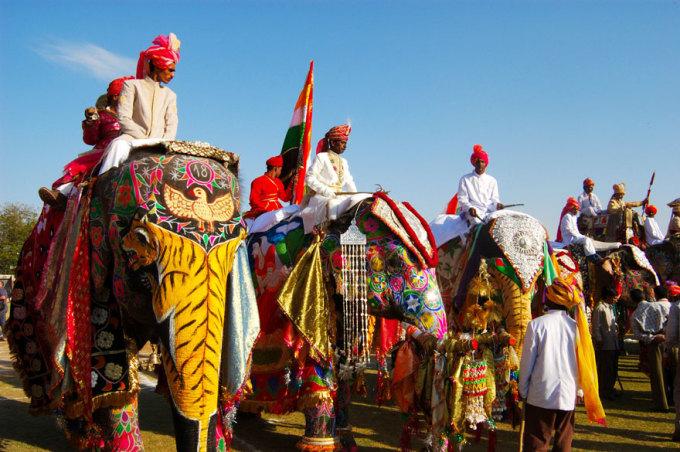 <p> Lễ hội voi ở Jaipur (Ấn Độ) được tổ chức cùng ngày với lễ hội sắc màu Holi. Vào dịp này, những chú voi sẽ được mặc trang phục thiết kế riêng và đeo những món đồ trang sức lộng lẫy.</p>
