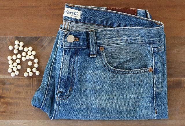 """<div style=""""text-align:center;""""> <strong>Vật liệu cần có:</strong><br /><br /> - 1 chiếc quần jeans<br /> - Hạt nhựa<br /> - Kim chỉ, kéo.</div>"""