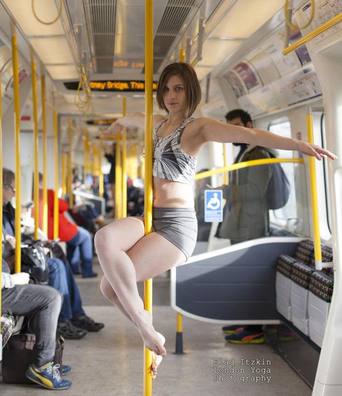 """<p class=""""Normal""""> Chụp trên tàu điện ngầm ở London, Alice biểu diễn trước những ánh mắt tò mò ngạc nhiên của nhiều hành khách.</p>"""