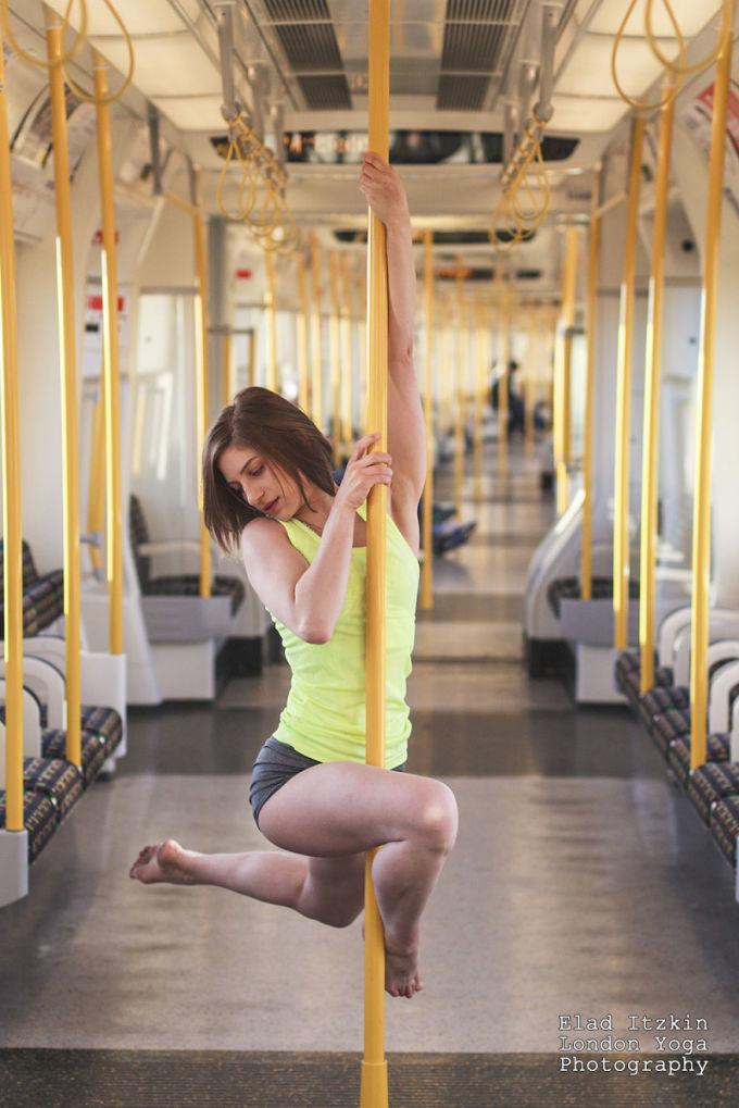 Cô gái London biểu diễn múa cột gợi cảm trên tàu điện ngầm