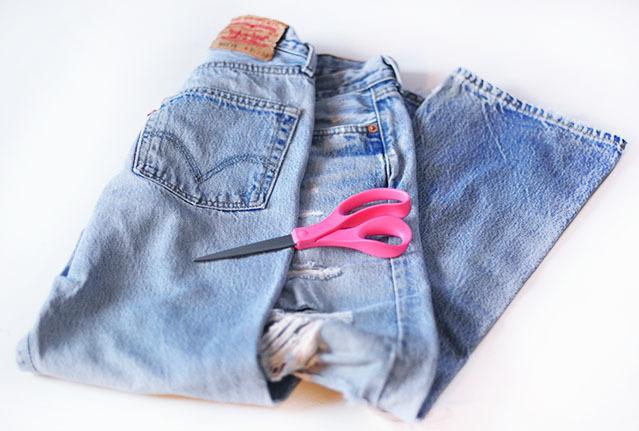"""<div style=""""text-align:center;""""> <strong>Vật liệu cần có:</strong><br /><br /> - Quần jeans<br /> - Kéo<br /> - Hạt cườm (tùy thích).</div>"""