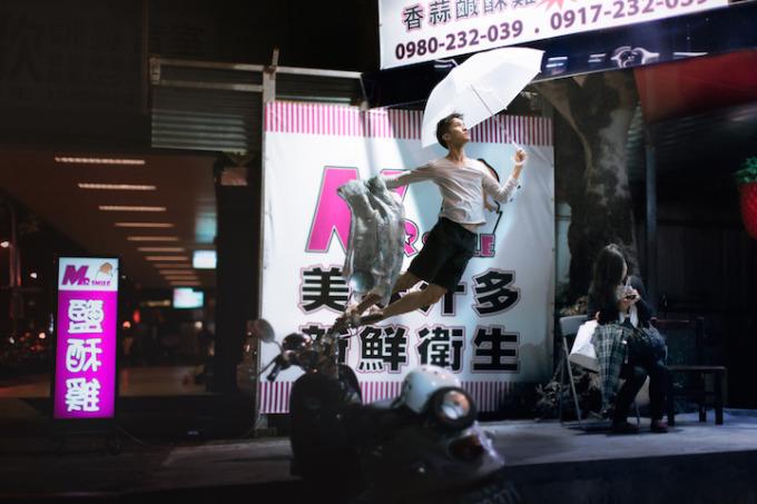 Chàng trai nhảy múa giữa không trung đẹp mê hoặc