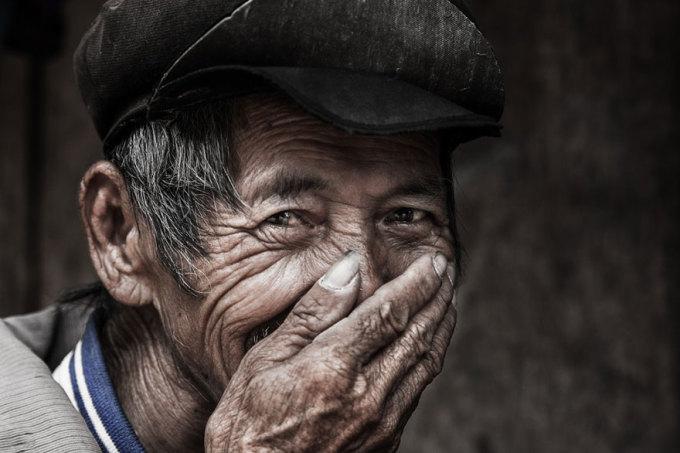"""<p> Trung thành với chủ đề """"nụ cười"""", nhiều năm qua, Réhahn - một nhiếp ảnh gia Pháp, đã đi rong ruổi khắp Việt Nam để ghi lại những khoảnh khắc đẹp đẽ và hạnh phúc nhất của những con người trên dải đất chữ S, đặc biệt là khu vực miền núi phía Bắc.</p>"""
