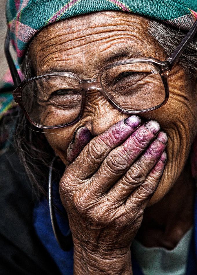 <p> Ông nhận thấy một thói quen ở người Việt, là đôi bàn tay che đi nụ cười rạng rỡ, có thể vì ngại hoặc bởi họ muốn thể hiện một sự tế nhị, lịch sự trong giao tiếp.</p>