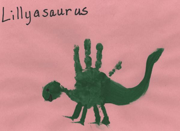 <p> Chú khủng long này bình thường mà vẽ thì hơi bị khó đấy, thế mà chỉ cần bàn tay trợ lực chút là xong.</p>