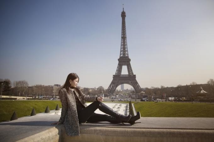 """<p class=""""Normal""""> Á hậu diện trang phục thanh lịch quý phái, khoe dáng bên những thắng cảnh nổi tiếng của thủ đô Paris như bảo tàng Louvre, tháp Eiffel, cây tình yêu Pont des Arts...</p>"""