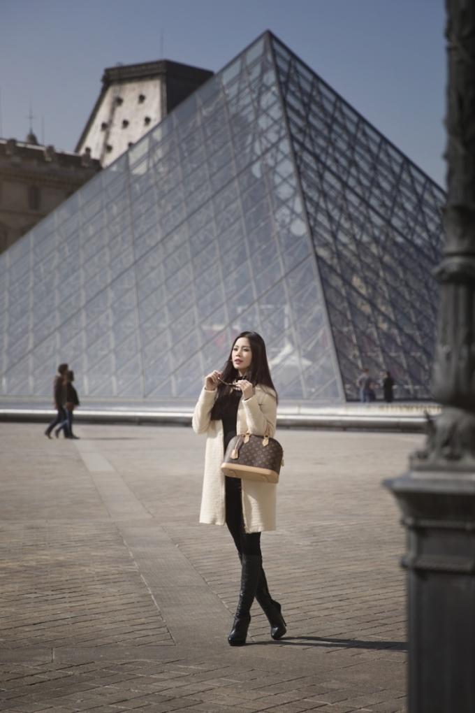 Á hậu Diễm Trang kiêu kỳ như tiểu thư giữa Paris cổ kính