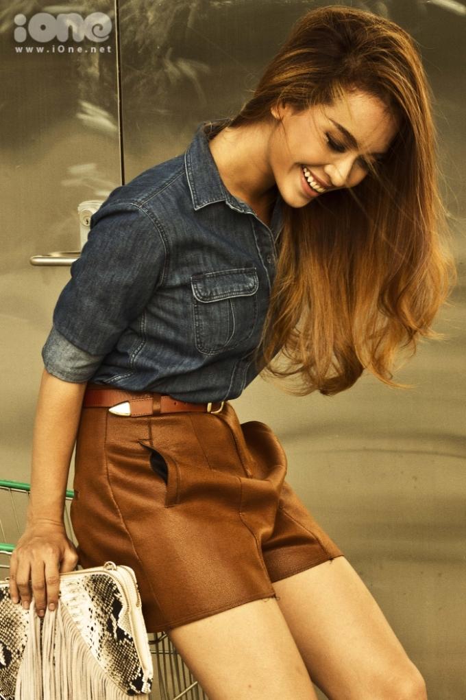 """<p class=""""Normal""""> Vẫn trung thành với chất liệu jean, Ái Phương đổi gió với chiếc quần váy da bò tôn dáng.</p>"""