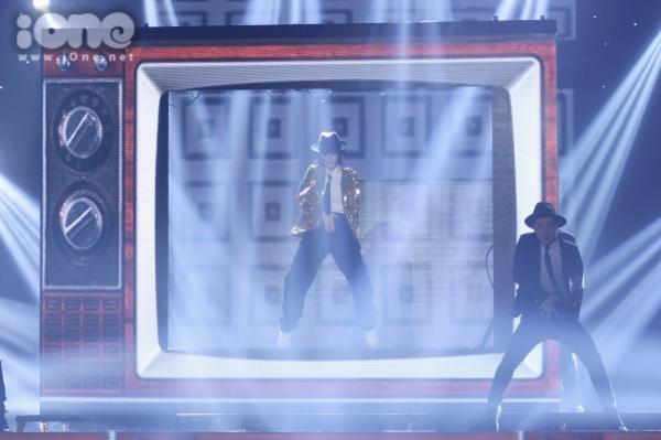 """<p class=""""Normal""""> Đông Nhi thể hiện hit <em>Baby once more time</em> của Britney Spears do giám khảo Nguyễn Hải Phong yêu cầu. Ở phần đầu tiết mục, chị gây bất ngờ khi xuất hiện với phong cách giống hệt Michael Jackson, nhưng sau đó nhanh chóng lột xác thành cô nàng tuổi teen tinh nghịch.</p>"""