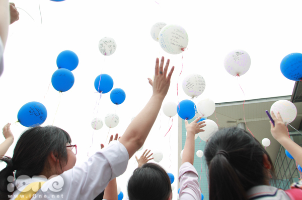 <p> Những trái bóng mang theo biết bao nhiêu kỷ niệm, ước mơ của teen Ams bay lên bầu trời hy vọng về một tương lai tươi sáng.</p>