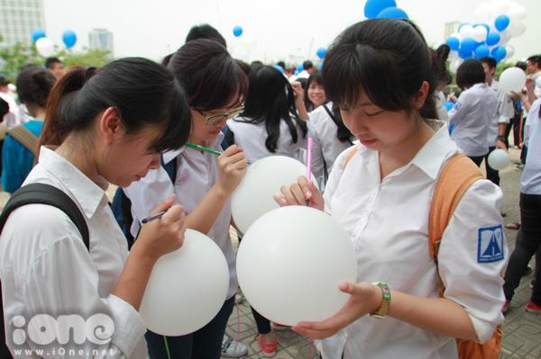 <p> Trong ngày này, mỗi bạn sẽ tự chuẩn bị điều ước, bút dạ, những vật dụng cần thiết để trang trí cho quả bóng bay của mình.</p>