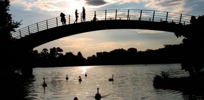 <p> <strong>Công viên Iberabura, Brazil</strong><br /><br /> Với hồ nước đầy bóng thiên nga, kiến trúc tuyệt đẹp, công viên sẽ đem đến cho bạn cảm giác thư thái, dễ chịu khi đi dạo.</p>