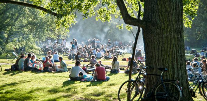 <p> <strong>Công viên Vondelpark, Amsterdam</strong><br /><br /> Công viên lớn nhất của thủ đô Hà Lan luôn đông người nhưng vẫn tạo cảm giác thư giãn nhờ cây xanh rợp bóng.<br /> </p>