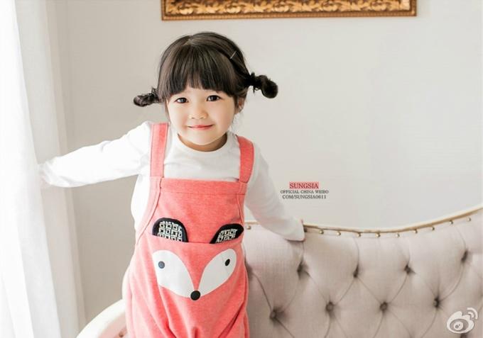 """<p class=""""Normal""""> Sung Si Ah, sinh ngày 11/6/2012, là mẫu nhí người Hàn đắt show quảng cáo. Cô nhóc chưa đầy 3 tuổi nhưng đã nhận được lời mời chụp ảnh thời trang trẻ em cho nhiều thương hiệu.</p>"""