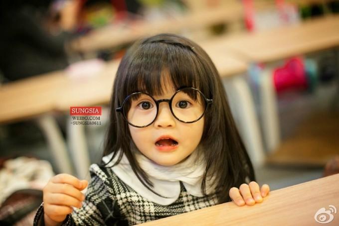 """<p class=""""Normal""""> Sung Si Ah được yêu mến bởi khuôn mặt tròn đáng yêu và đôi mắt to ngây thơ.</p>"""