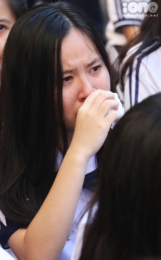 <p> Giọt nước mắt cứ thế rơi và con tim những cô cậu học trò cứ thế lắng lại trong phút giây đầy lưu luyến.</p>