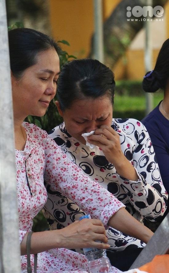 <p> Một cô giáo ngậm ngùi bên đồng nghiệp khi nhìn những đứa con của mình mới ngày nào còn chập chững bước vào trường nay đã trưởng thành.</p>